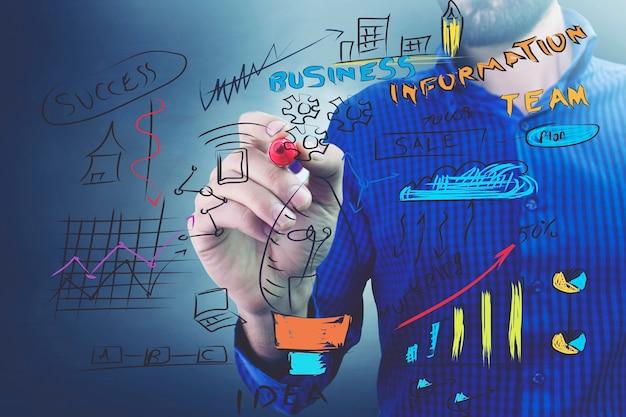 Biznesmen w niebieskiej koszuli pracujący z cyfrowym wirtualnym ekranem