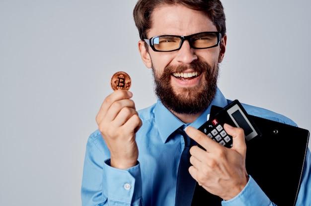 Biznesmen w niebieskiej koszuli złota bitcoin