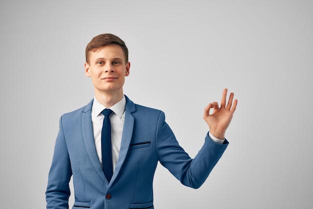Biznesmen w nowoczesnym stylu menedżera pewności siebie w garniturze