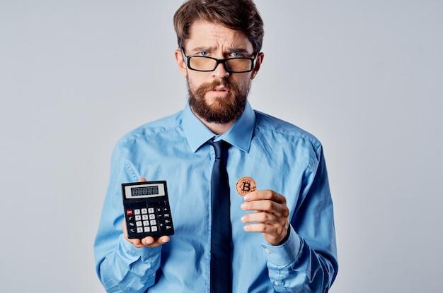 Biznesmen w okularach kierownik biura finanse kryptowaluta bitcoin