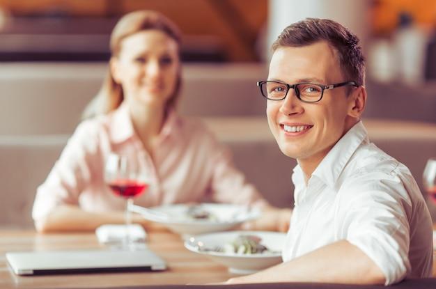 Biznesmen w okularach patrzy na aparat.