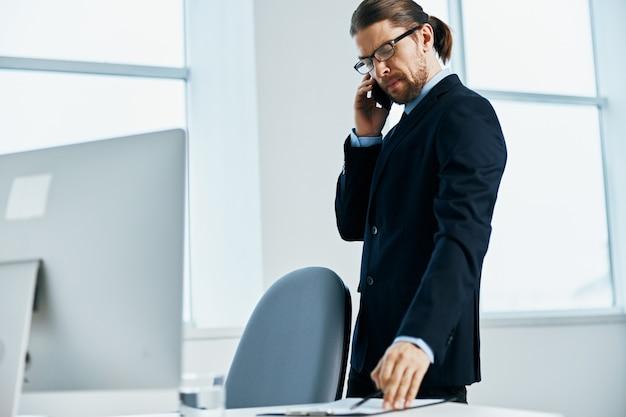 Biznesmen w okularach pewność siebie w pracy styl życia