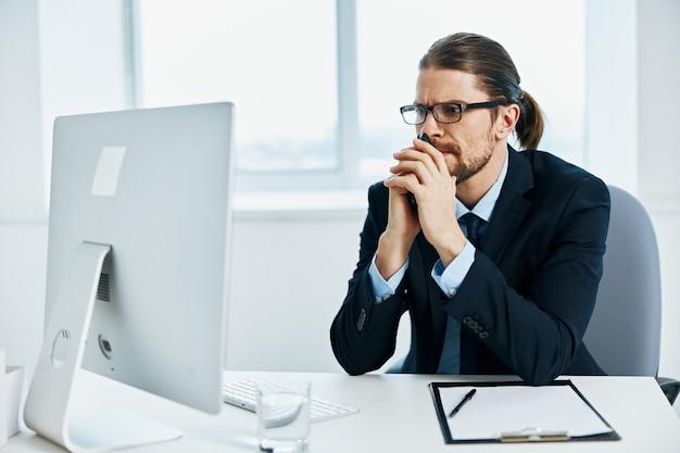 Biznesmen w okularach pewność siebie w pracy wykonawczej