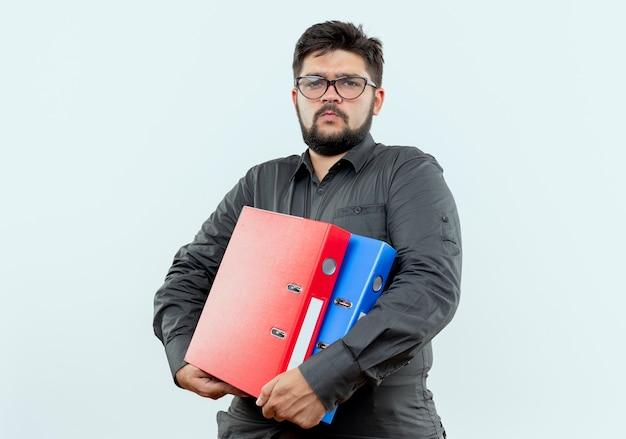 Biznesmen w okularach trzymając foldery na białym tle