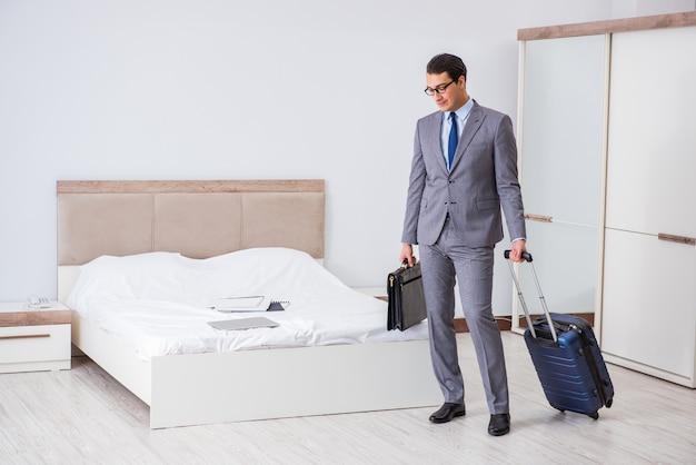 Biznesmen w pokoju hotelowym podczas podróży