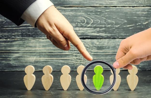 Biznesmen w poszukiwaniu nowych pracowników