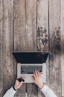 Biznesmen w pracy. widok z góry szczegół pracy człowieka na laptopie