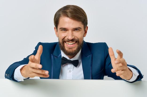 Biznesmen w prezentacji biały sztandar muszka garnitur