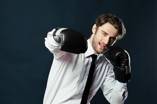 Biznesmen w rękawice bokserskie
