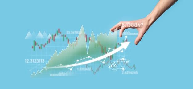 Biznesmen w ręku trzymaj wykres finansów bankowych i inwestuj w punkt inwestycji na giełdzie, wzrost gospodarczy i koncepcję inwestora. analiza wykresu wirtualnego rynku akcji, analizuj według technologii użytkowania.