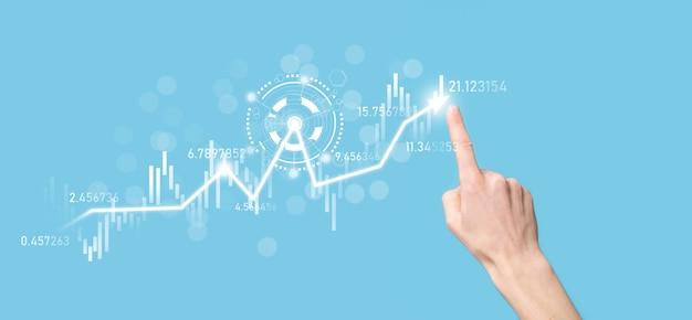 Biznesmen W Ręku Trzymaj Wykres Finansów Bankowych I Inwestuj W Punkt Inwestycji Na Giełdzie, Wzrost Gospodarczy I Koncepcję Inwestora. Analiza Wykresu Wirtualnego Rynku Akcji, Analizuj Według Technologii Użytkowania. Premium Zdjęcia