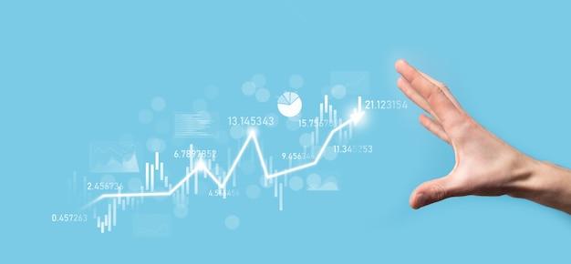 Biznesmen w ręku trzymaj wykres finansów bankowych i inwestuj w punkt inwestycyjny na giełdzie, wzrost gospodarczy i koncepcję inwestora. analiza wykresu wirtualnego rynku akcji, analiza według technologii użytkowania