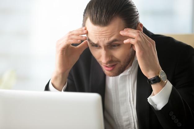 Biznesmen w rozpaczy z powodu złych wiadomości