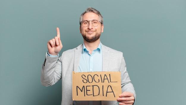 Biznesmen w średnim wieku. koncepcja mediów społecznościowych