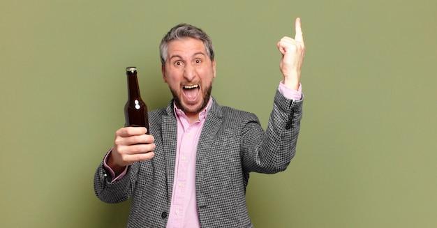 Biznesmen w średnim wieku o piwo