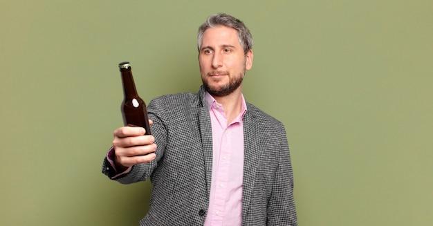 Biznesmen w średnim wieku pijący piwo
