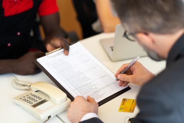 Biznesmen w średnim wieku, podpisując umowę