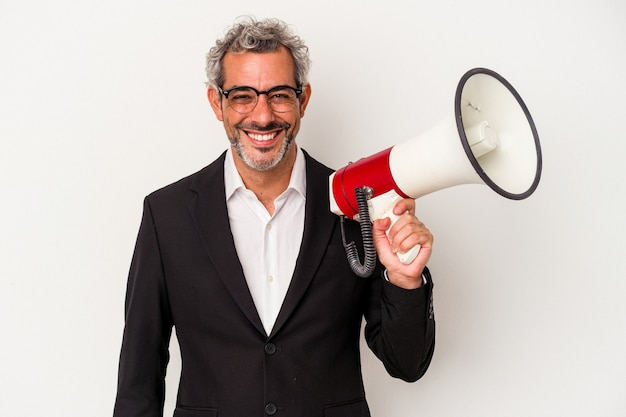 Biznesmen w średnim wieku posiadający megafon na białym tle szczęśliwy, uśmiechnięty i wesoły.