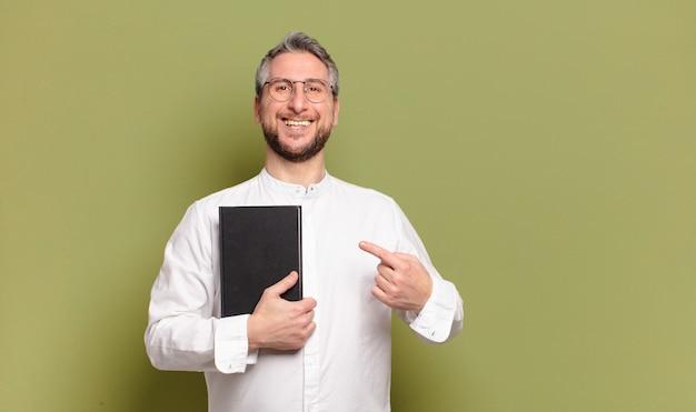 Biznesmen w średnim wieku z książką