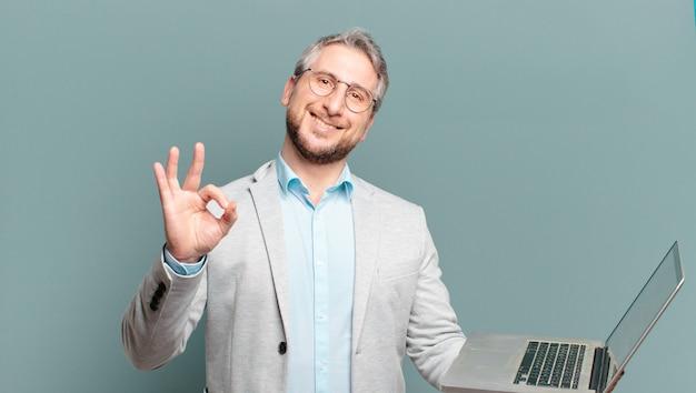 Biznesmen w średnim wieku z laptopem