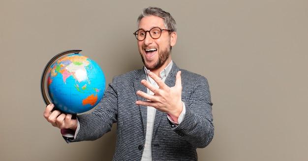 Biznesmen w średnim wieku z mapą świata