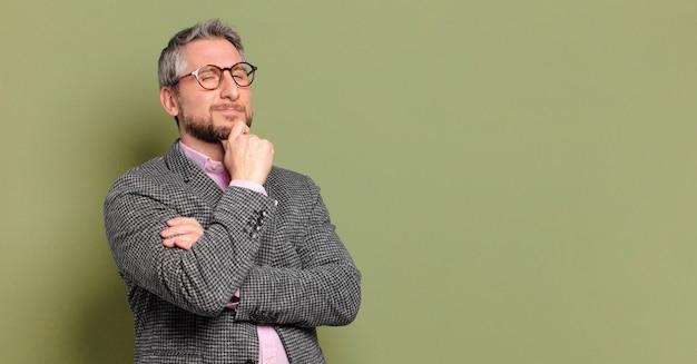 Biznesmen w średnim wieku z miejsca na kopię