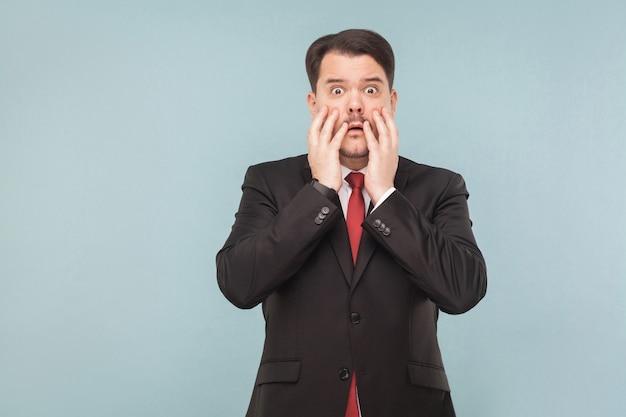 Biznesmen w stresie patrząc na kamerę