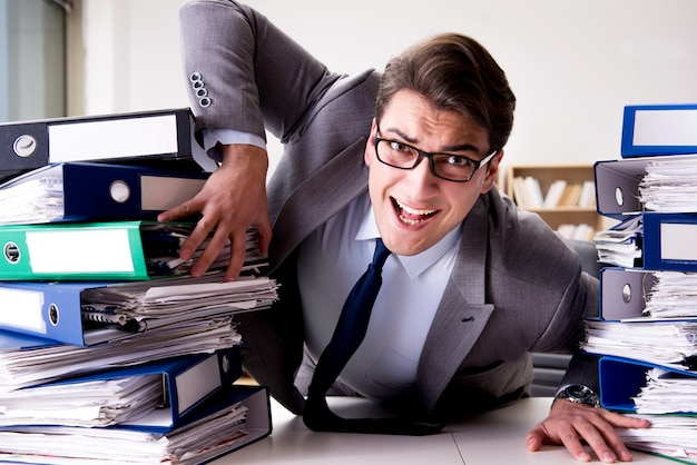 Biznesmen w stresie z powodu nadmiernej pracy