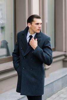 Biznesmen w stylowym garniturze spaceru po ulicy