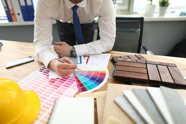 Biznesmen w stylowym kolorze zbliżenie