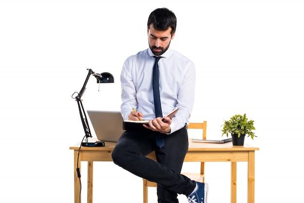Biznesmen w swoim biurze czyta notatki