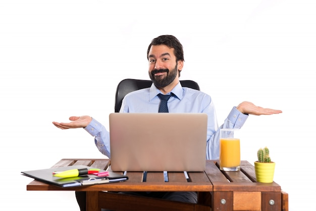 Biznesmen w swoim biurze ma wątpliwości