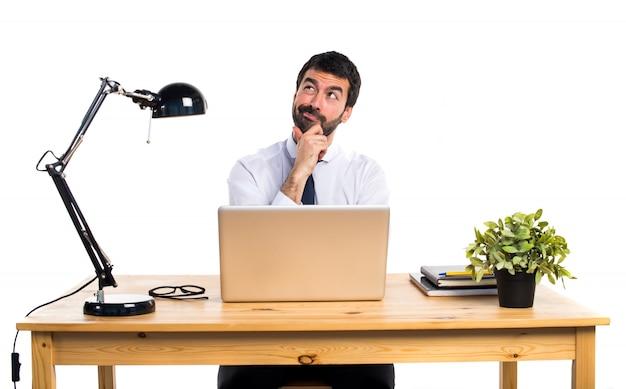 Biznesmen w swoim biurze my? lenia