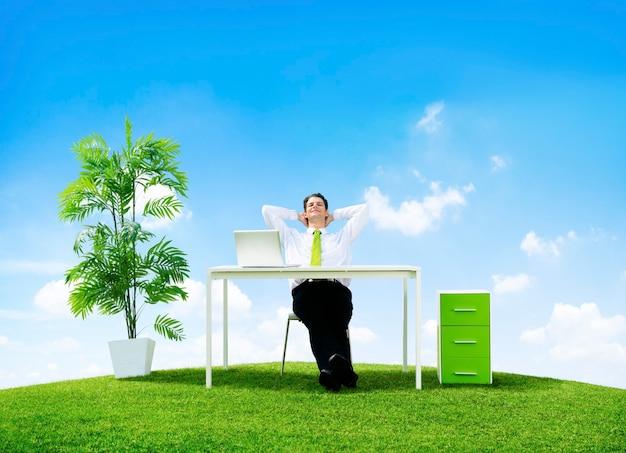 Biznesmen w swoim biurze na zewnątrz
