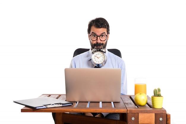 Biznesmen w swoim biurze posiadania zegara