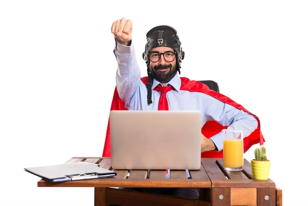 Biznesmen w swoim biurze z pilotem kapelusz