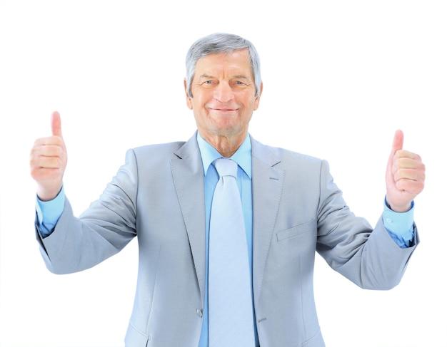 Biznesmen w wieku pokazuje, że wszystko jest w porządku. na białym tle na białym tle.