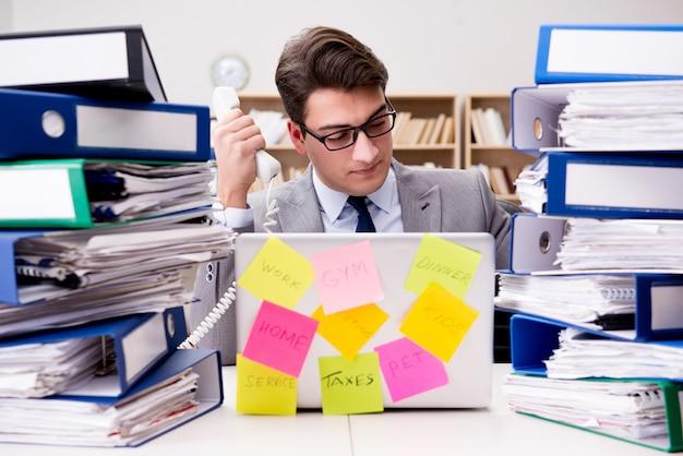 Biznesmen walczy z wieloma priorytetami