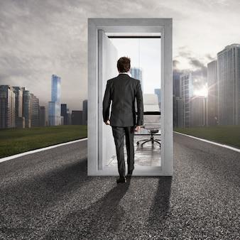Biznesmen wchodząc przez otwarte drzwi na środku drogi prowadzącej do sukcesu zawodowego