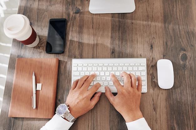 Biznesmen wpisując na klawiaturze