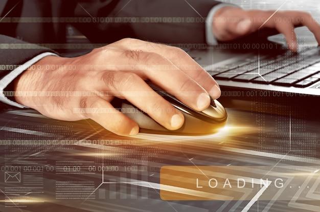 Biznesmen wręcza działanie z bezprzewodową myszą i laptopem