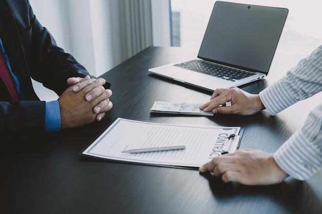 Biznesmen wręcza pieniądze łapówki urzędnikowi państwowemu podpisuje umowę pojęcie korupcji