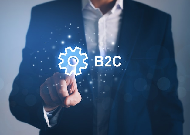 Biznesmen wskazując cyfrowy ekran b2c. handel, technologia, koncepcja marketingowa.