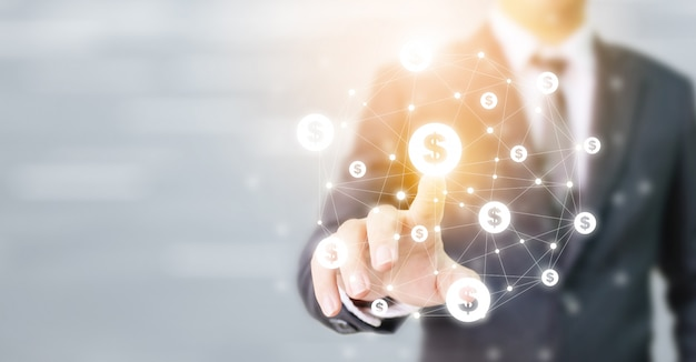 Biznesmen wskazując ikonę waluty dolara, koncepcja transakcji online aplikacji do e-commerce i inwestycji internetowych, technologii finansowej (fin-tech)