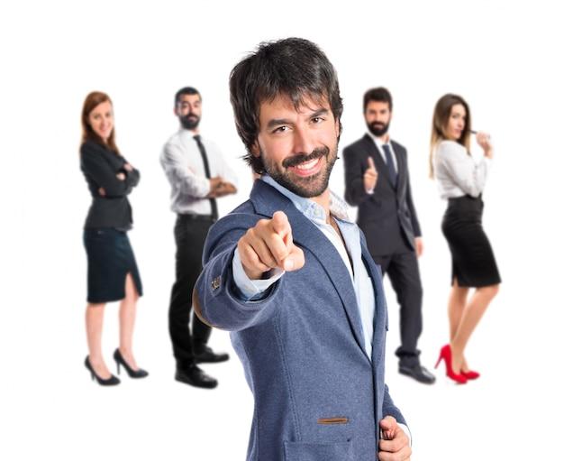 Biznesmen wskazując na przód na białym tle