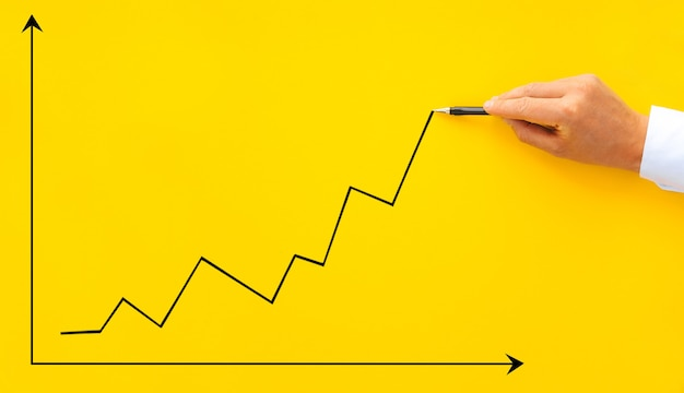 Biznesmen wskazując strzałka wykres z piórem
