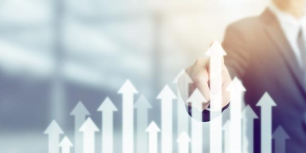 Biznesmen wskazując strzałkę wykres korporacyjny plan przyszłego rozwoju