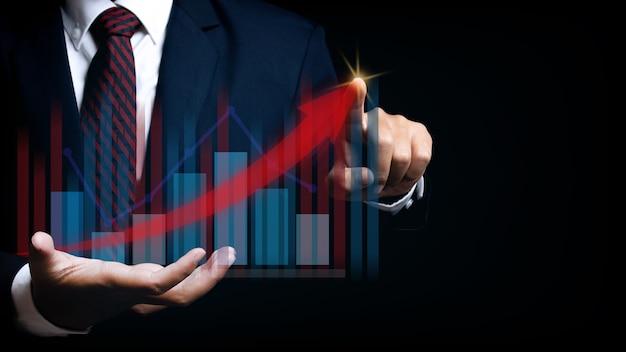Biznesmen wskazujące miejsce na wykresie finansów wykresu. cyfrowy biznes hologram wykres finansów wykres tło. dla koncepcji biznesu i finansów.