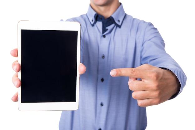 Biznesmen wskazujący na komputerze typu tablet z pustym ekranem na białym tle