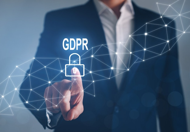Biznesmen wskazujący na problematykę rodo. ogólna koncepcja regulacji ochrony danych.